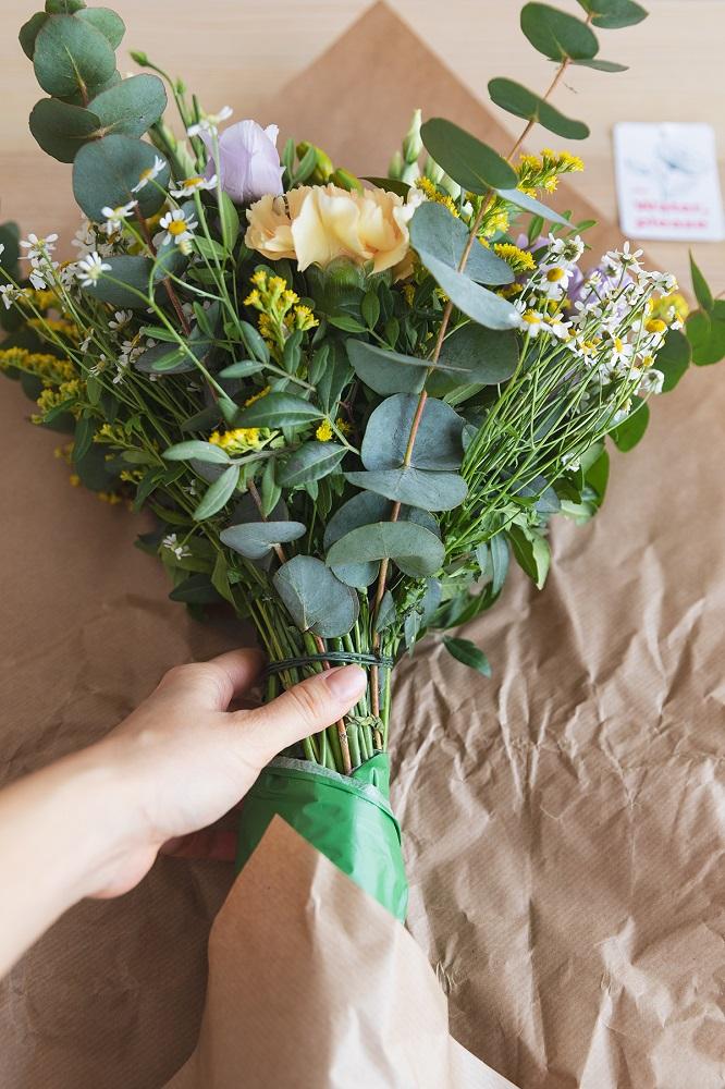 quitar papel para cuidar flores frescas