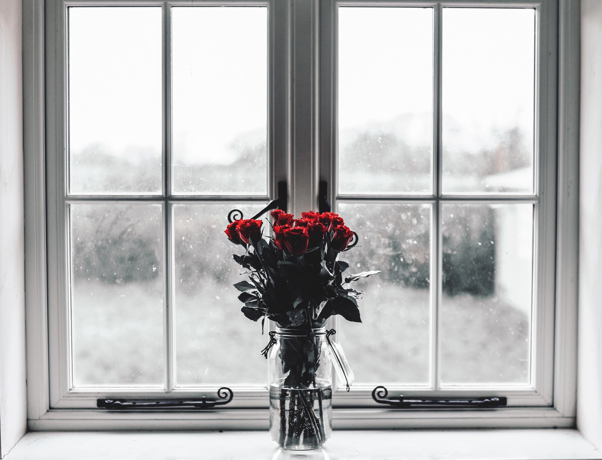 decorar con flores ventana baño