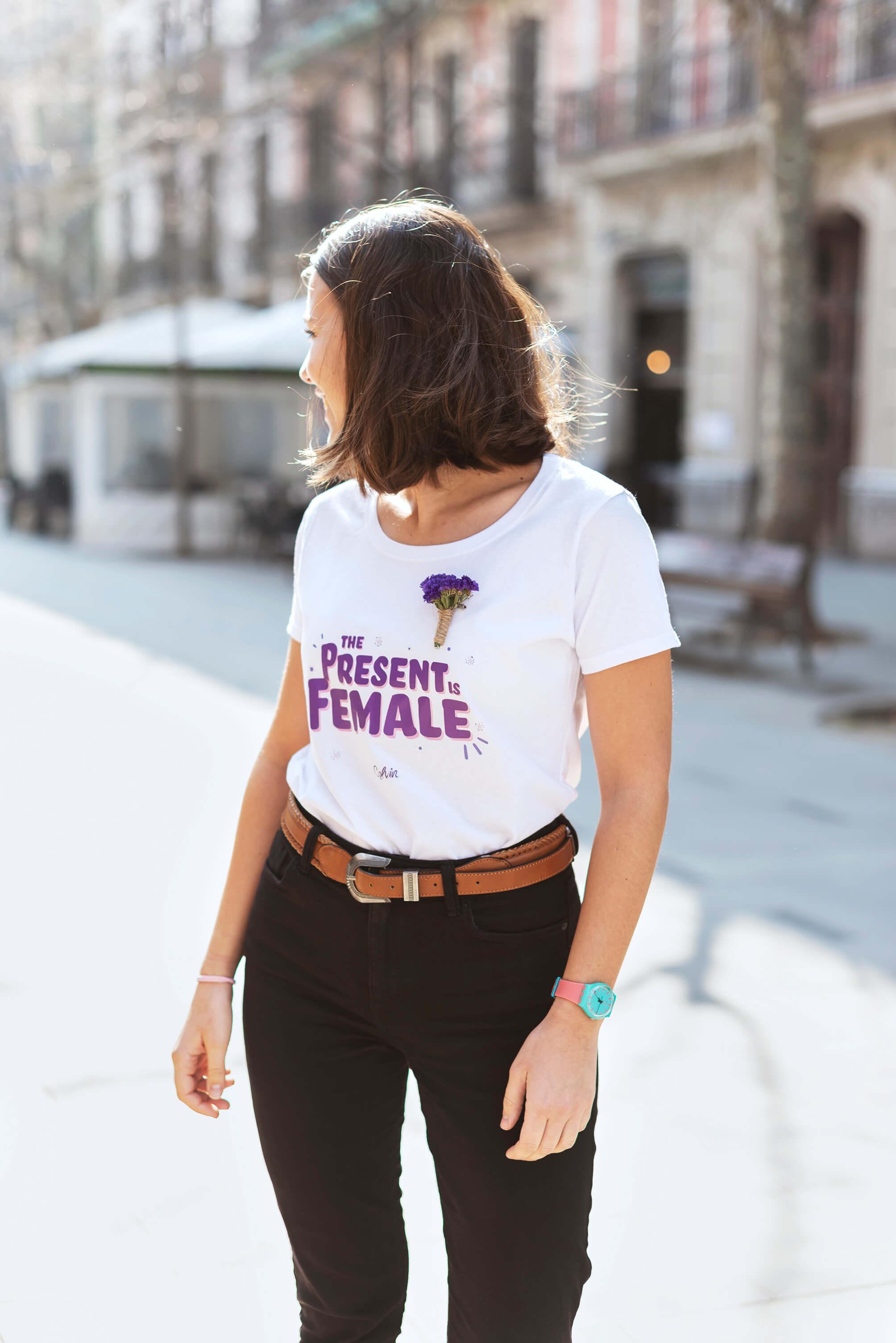 The Present is female camiseta para el dia de la mujer
