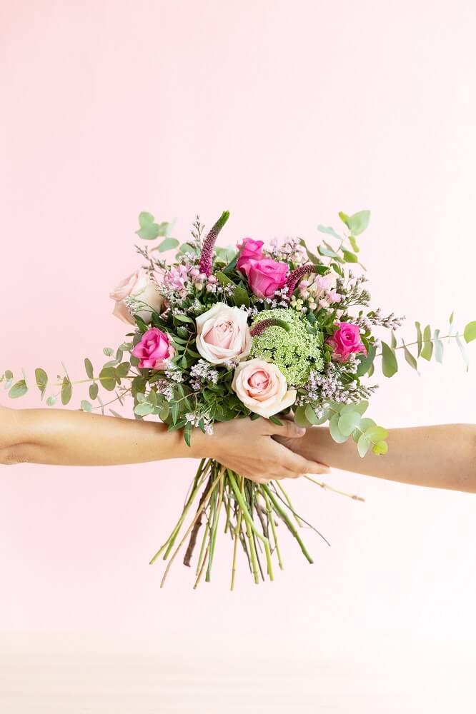ramo de flores en contra del cáncer de mama