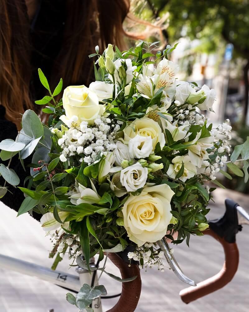 rosas blancas en un ramo