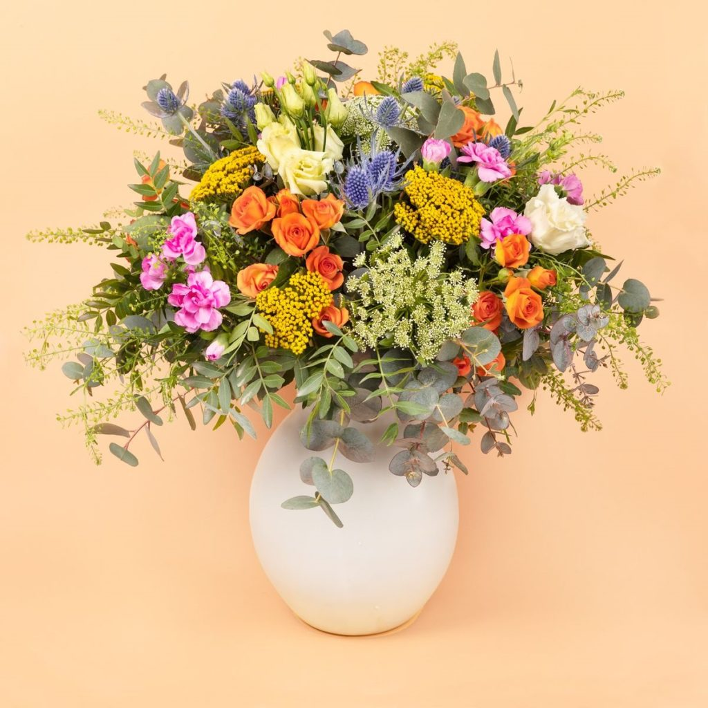 Ramo-de-flores-frescas-rosas-pitimini-achillea