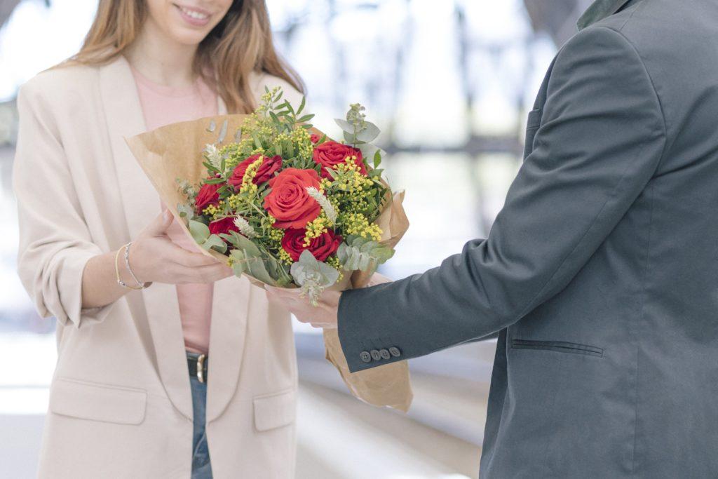 10 frases originales que le darán el toque especial a tu ramo de rosas en Sant Jordi + DESCARGABLE