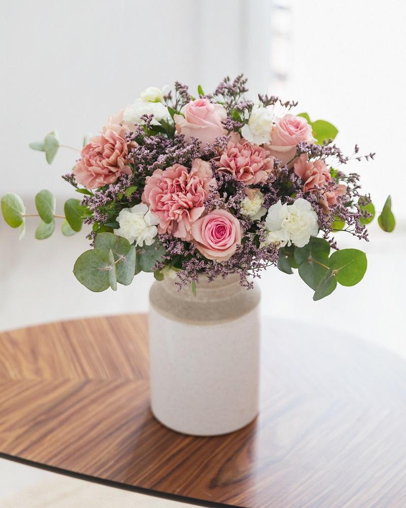 jarrón y flores para el día de la madre
