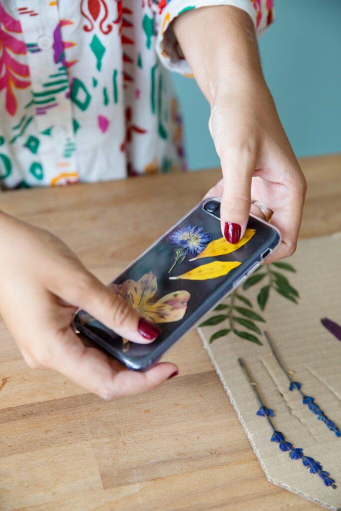 Personaliza tu funda de móvil con flores secas: ¿te atreves?