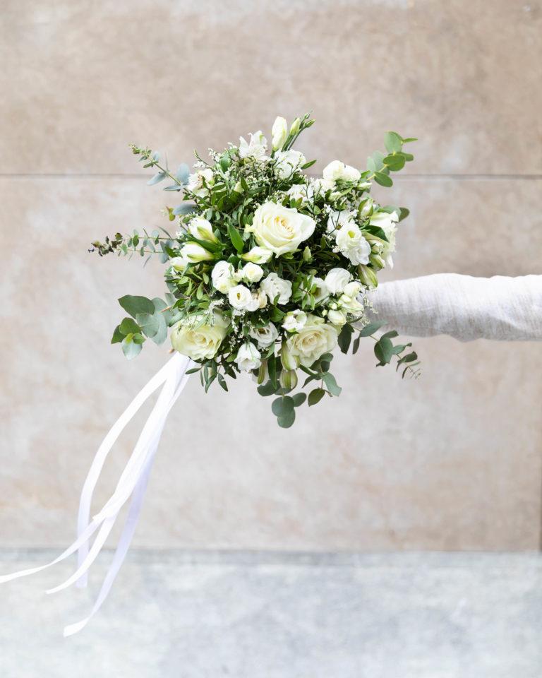 flores blancas en ramo de flores