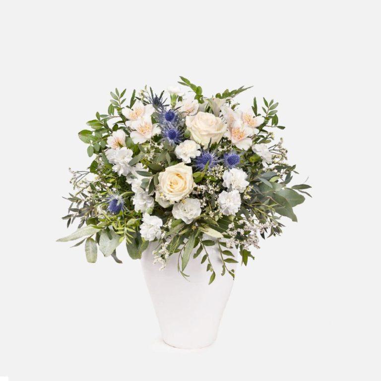 ramo con flores verdes, blancas y azules dia de la madre