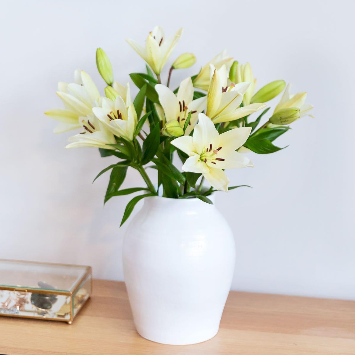 bouquet di gigli bianchi per la festa della mamma