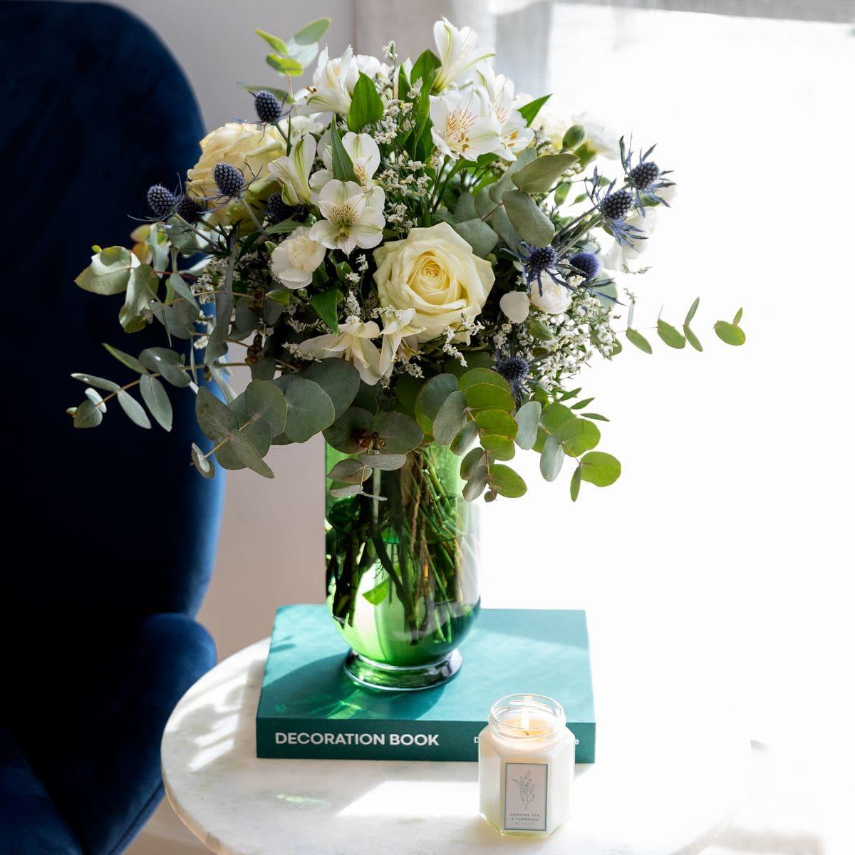 bouquet di fiori verdi, bianchi e blu per la festa della mamma