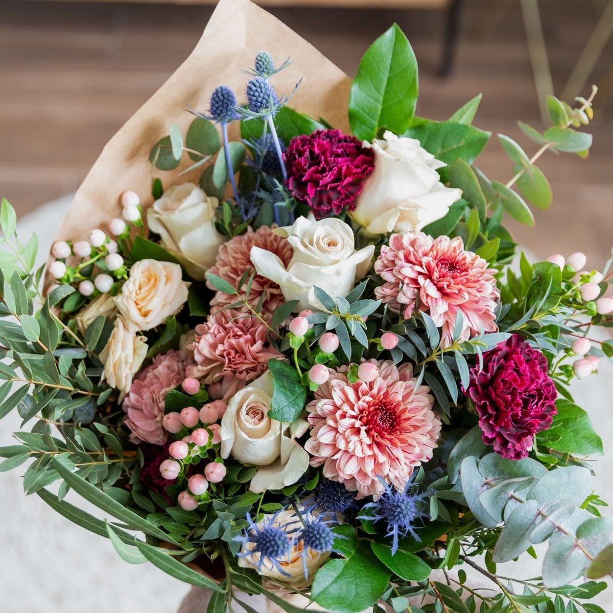 bouquet con rose ed eryngium per la festa della mamma