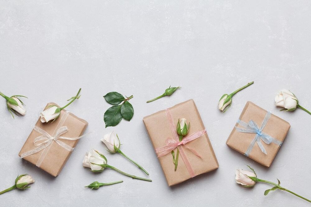 come impacchettare i regali con fiori