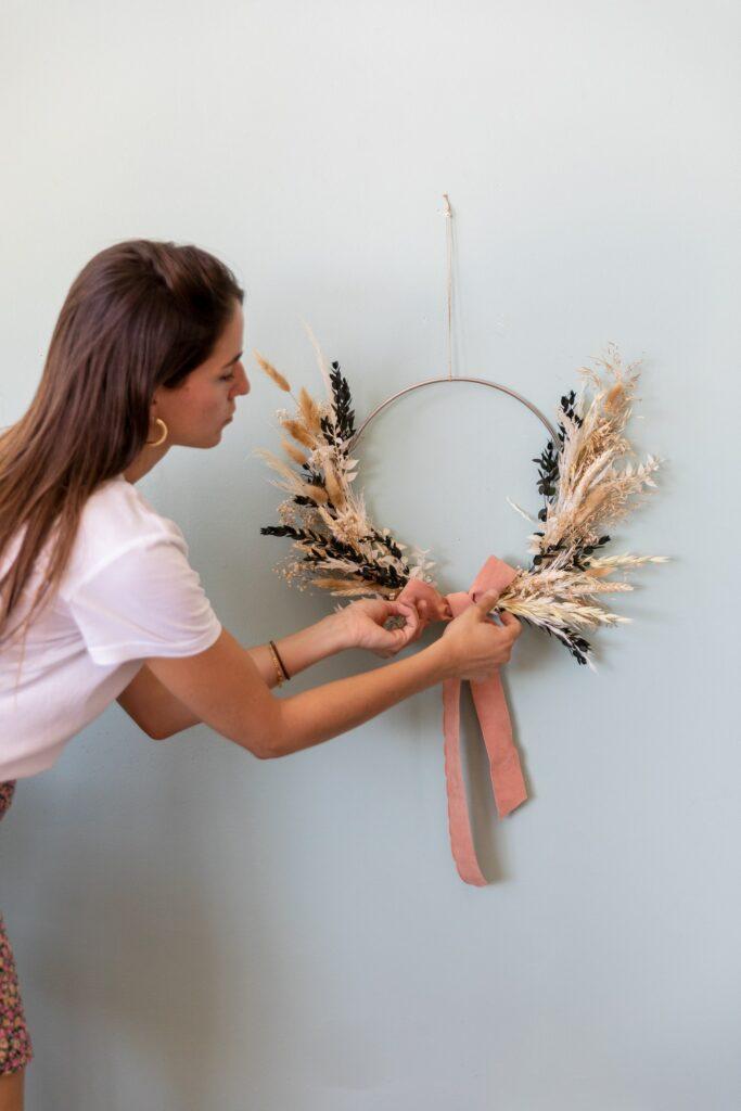 Dici addio a quel muro spoglio e crea la tua corona di fiori secchi DIY