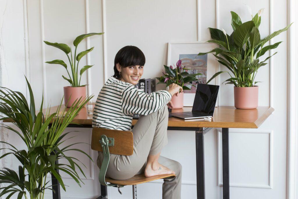 Cogli la sfida lavorativa di Marie Kondo, ecco i 5 consigli per essere felici a lavoro