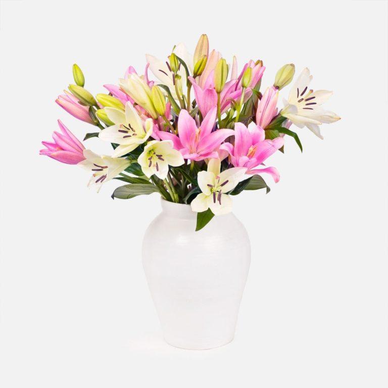 bouquet di gigli bianchi e rose per la festa della mamma