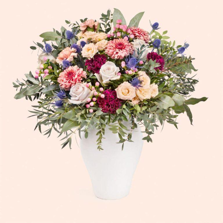 bouquet di rose ed eryngium per la festa della mamma