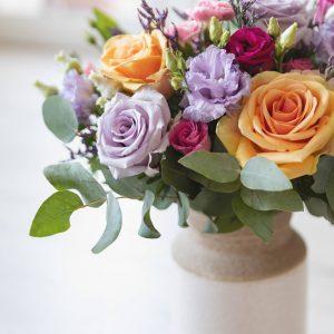 Composizione di rose multicolore