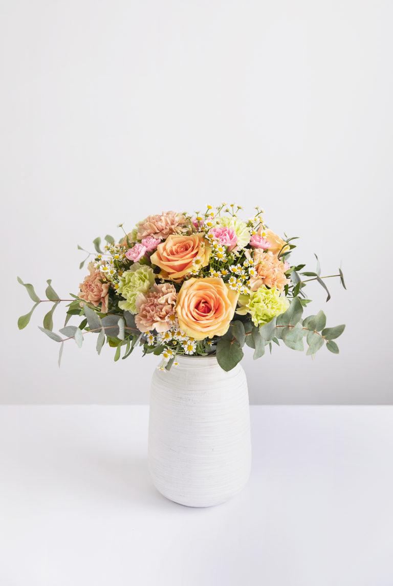 Floreira com arranjo de rosas