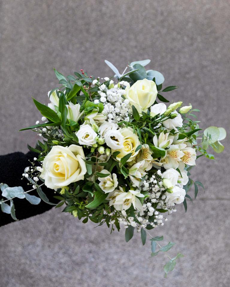 Ramo de rosas brancas para a reforma