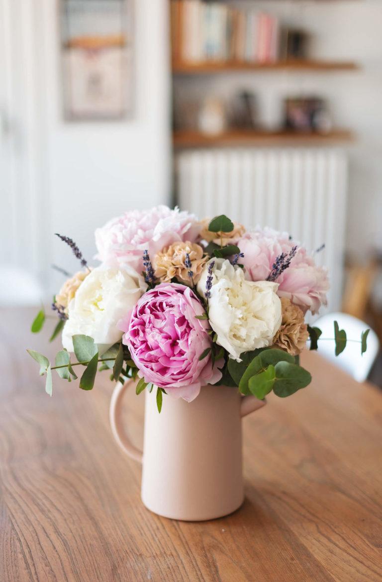 Arranjo floral numa floreira