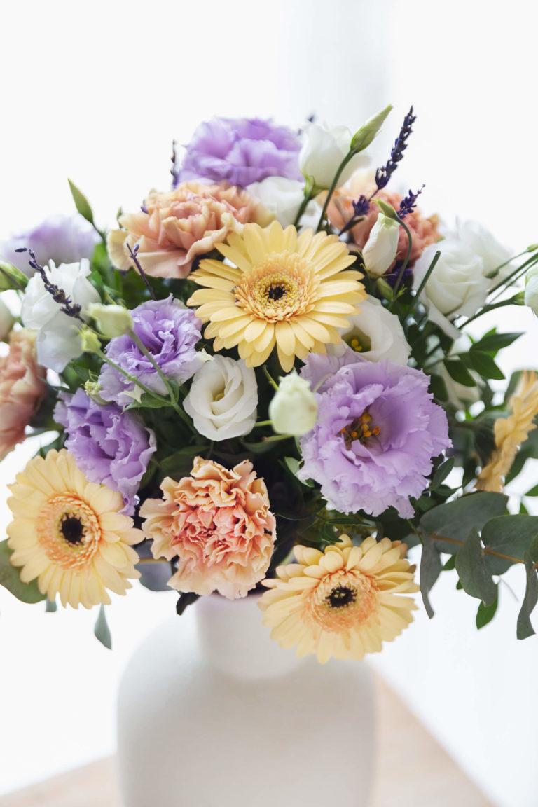 Flores multicolor em floreira