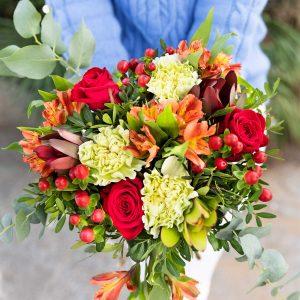 Ramo de flores vermelhas, amarelas e laranjas